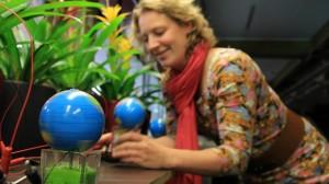 Marjolein Helder bij een Plant-e proefopstelling