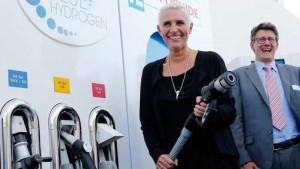 Wilma Mansveld bij opening waterstofgas tankstation