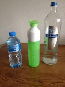 Links flesjes waar we mee stoppen. midden de Dopper en rechts het bronwater in glazen fles
