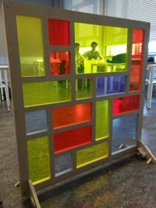 Foto: Universiteit Utrecht - Geïnspireerd door de kleurrijke schilderijen van Piet Mondriaan hebben zonne-energieonderzoekers van de Universiteit Utrecht 'glas-in-lood'-panelen ontwikkeld die elektriciteit kunnen opwekken.