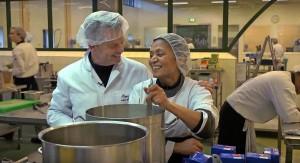 Cateraar Bob Hutten (l.) gaat restvoedsel verwerken tot eten van restaurantkwaliteit.